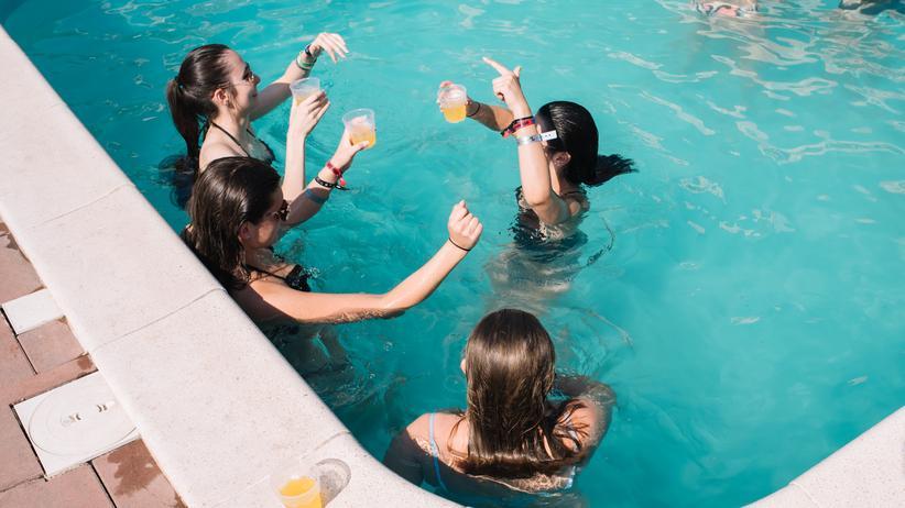 Abifahrt: Poolparty. Getränke im Wasser waren eigentlich verboten.