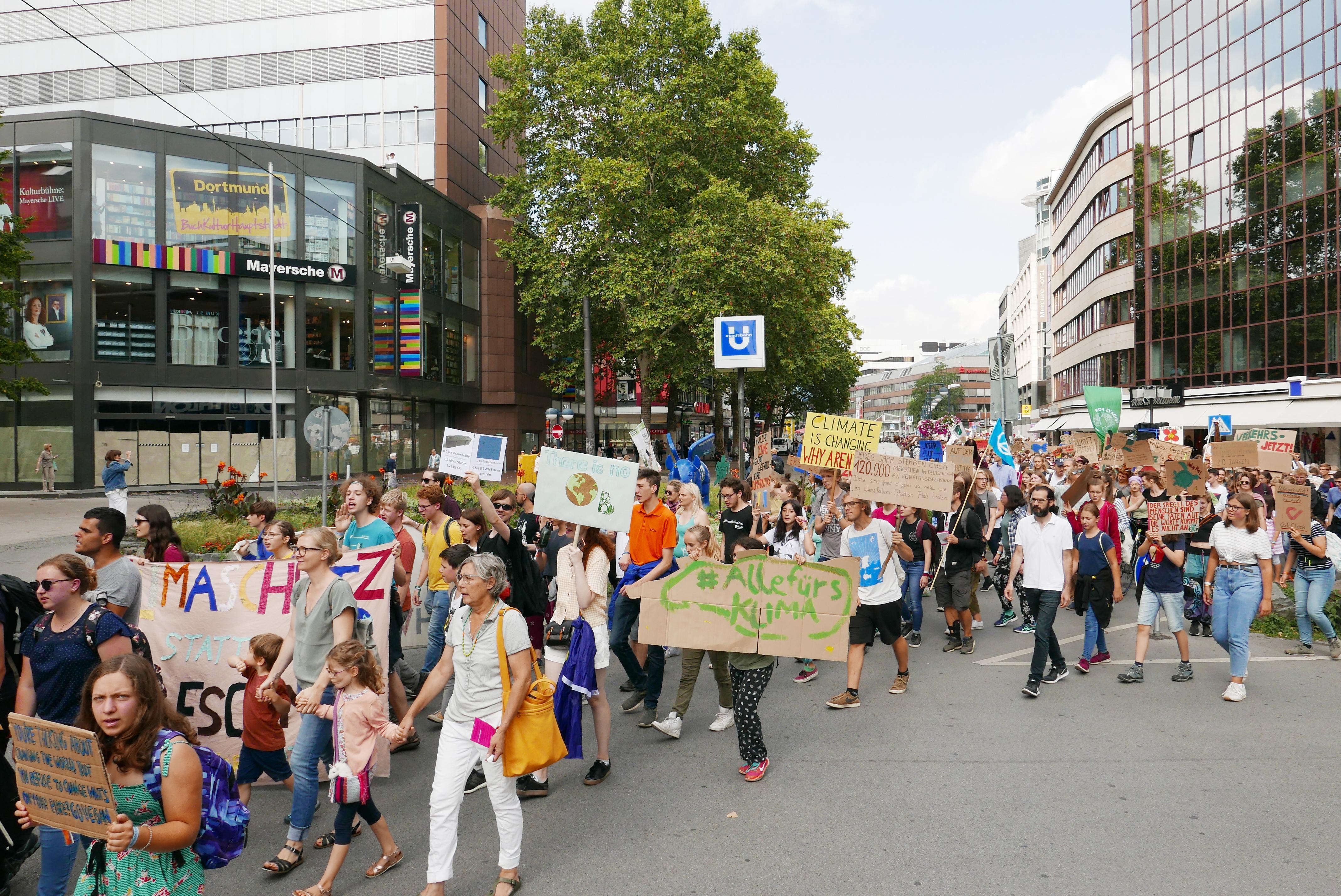 Freitag ist Streiktag – auch während des Sommerkongresses. Demozug durch Dortmund