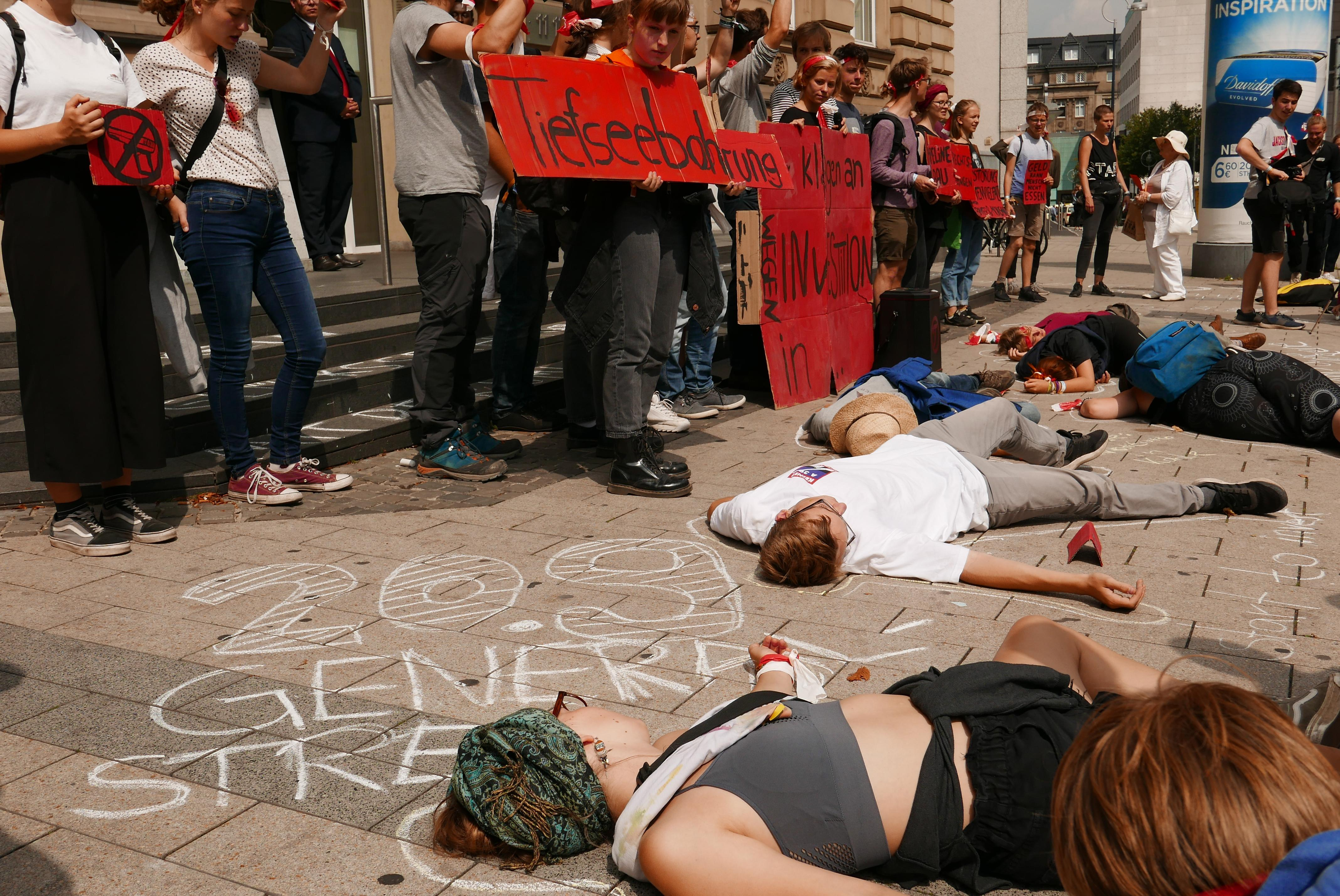 Nach der Demo gibt es verschiedene Aktionen in der Stadt. Unter anderem ein sogenanntes Die In vor der Deutschen Bank