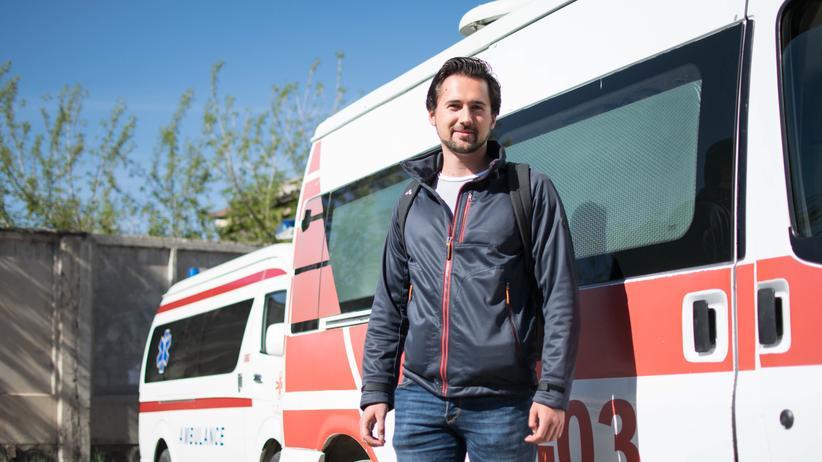 Armenien: David vor der Notrufzentrale in Gjumri: Die Krankenwagen hat der chinesische Staat gespendet.