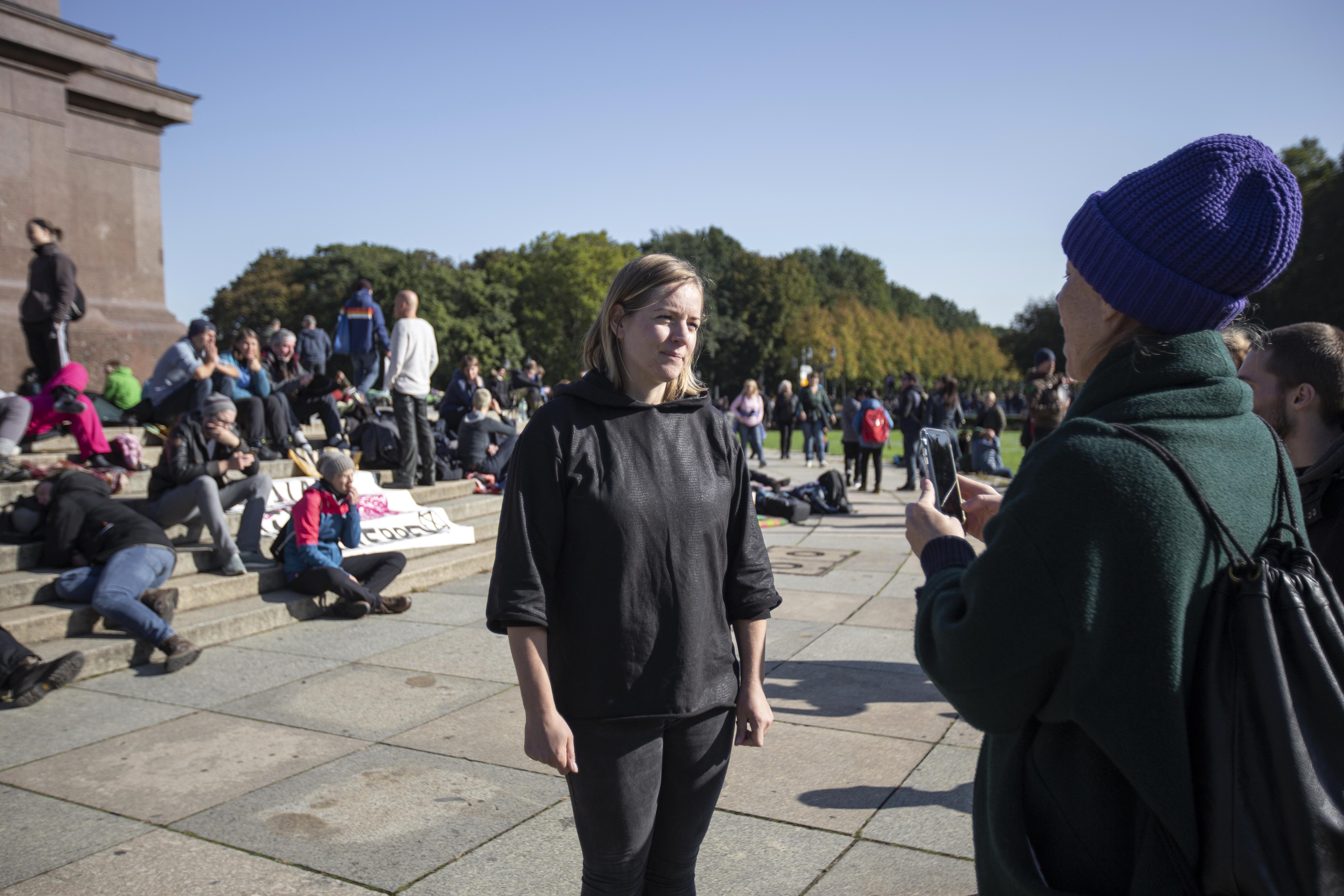 Extinction Rebellion: Annemarie Botzki steht vor der Siegessäule, sie wird von einer Journalistin interviewt.