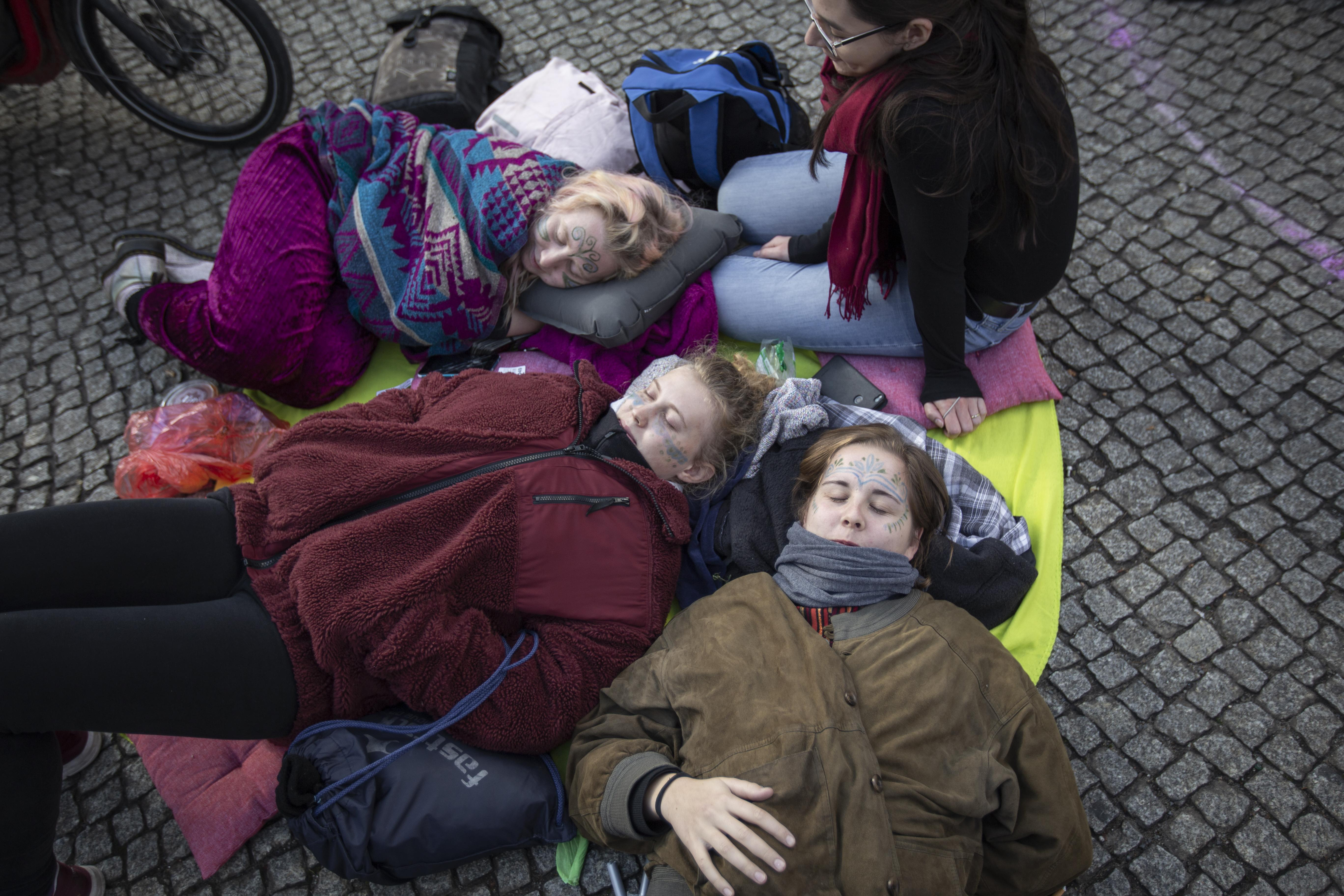 Extinction Rebellion: Aktivistinnen ruhen sich am Potsdamer Platz aus. Den Großen Stern halten viele seit vier Uhr morgens blockiert.