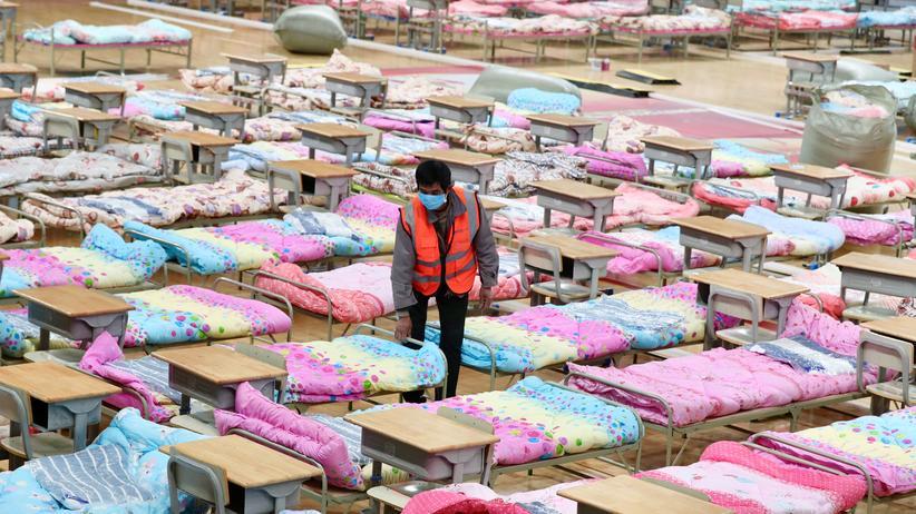 Fake-News: Im Hongshan-Stadion werden Betten vorbereitet. Es liegt in Wuhan, wo die ersten Fälle des neuen Coronavirus bekannt wurden.