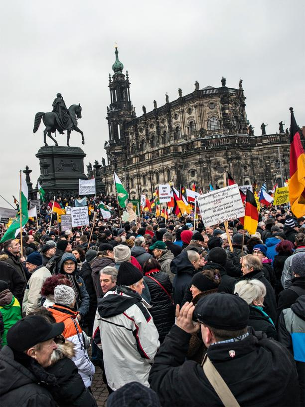 ZEIT Germany: Pegida demonstrators on Dresden's Theaterplatz square