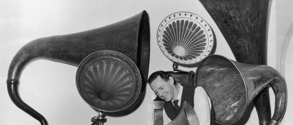 Grammophone mit riesigen Trichtern