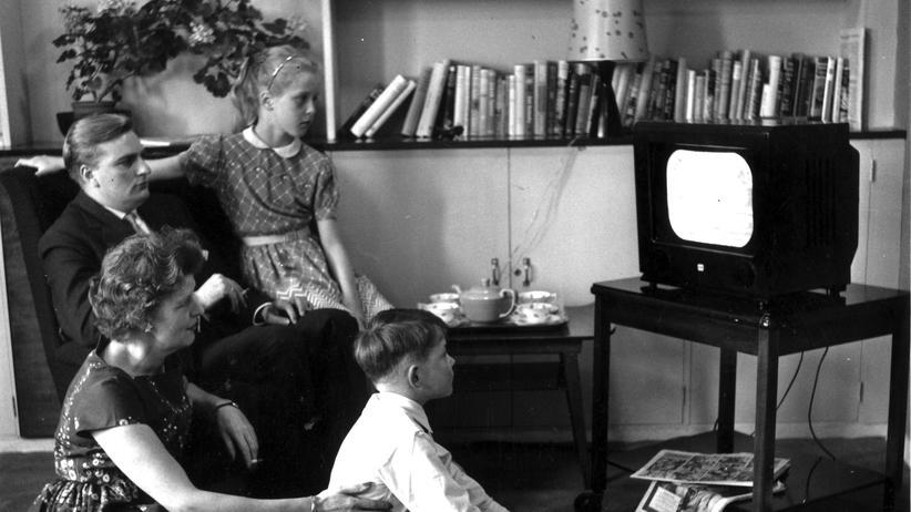 Eine Familie beim gemeinsamen Fernsehen im Jahr 1957