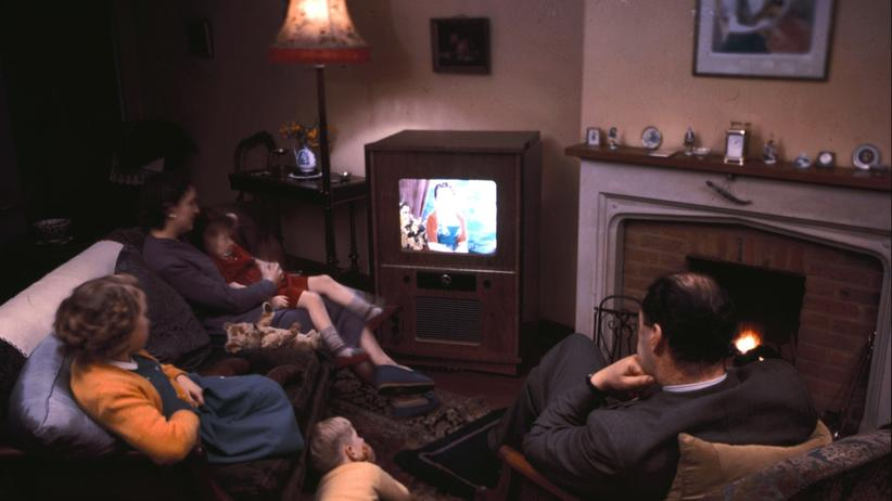 Familie beim Fernsehschauen 1957