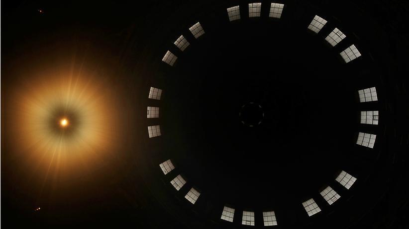 Religion: Keine überirdische Erscheinung, sondern Deckenbeleuchtung und Tambourfenster in der Kuppel der St. Paul's Cathedral in London