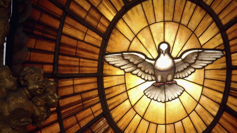 Darstellung des heiligen Geistes in einem Fenster des Petersdoms