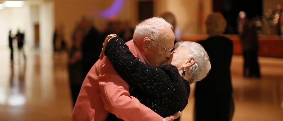 Altes Paar küsst sich