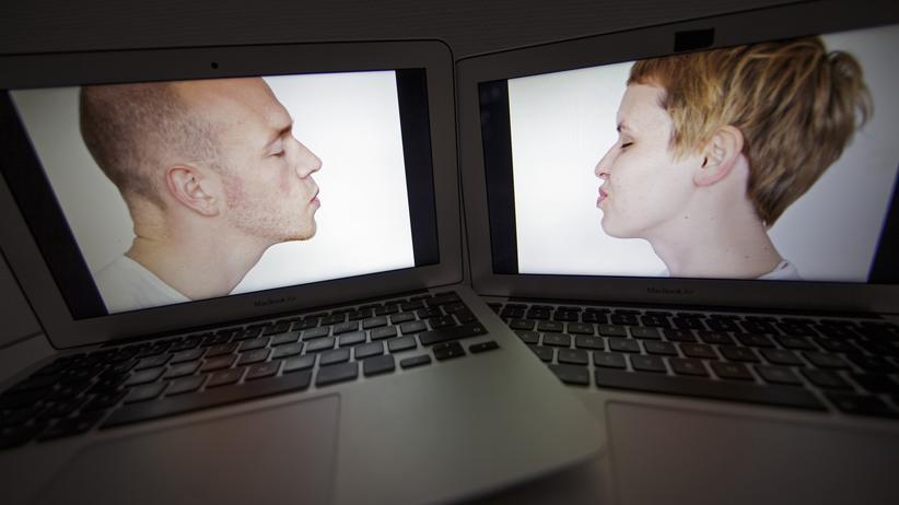 Paar aus Mann und Frau auf zwei Laptop-Bildschirmen