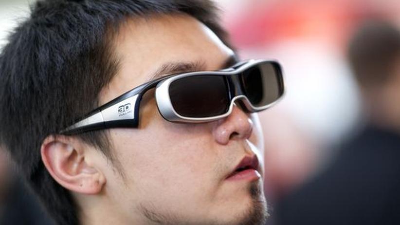 3-D-Fernsehen: Ein Cebit-Besucher mit 3D-Brille