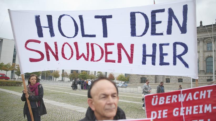 Demonstranten in Berlin fordern, Edward Snowden in Deutschland Asyl zu gewähren.