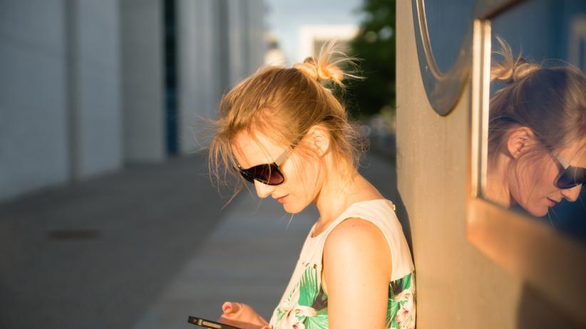Eine junge Frau mit Smartphone