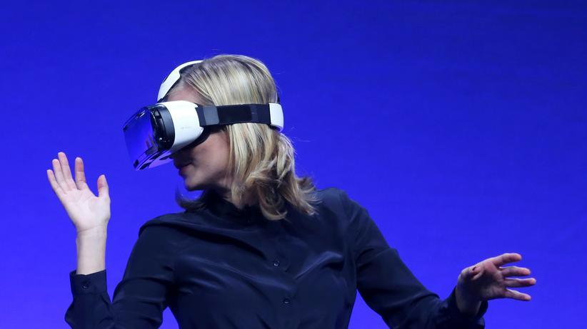 Digitalisierung: Kurz vor der IFA in Berlin probierte eine Fernsehmoderatorin eine neue Datenbrille von Samsung.