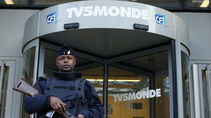 TV5Monde: Ein schwer bewaffneter Polizist bewacht den Eingang zum Hauptsitz des Fernsehsenders TV5Monde.