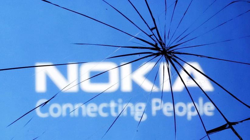 Nokia-Logo hinter zerbrochenem Glas