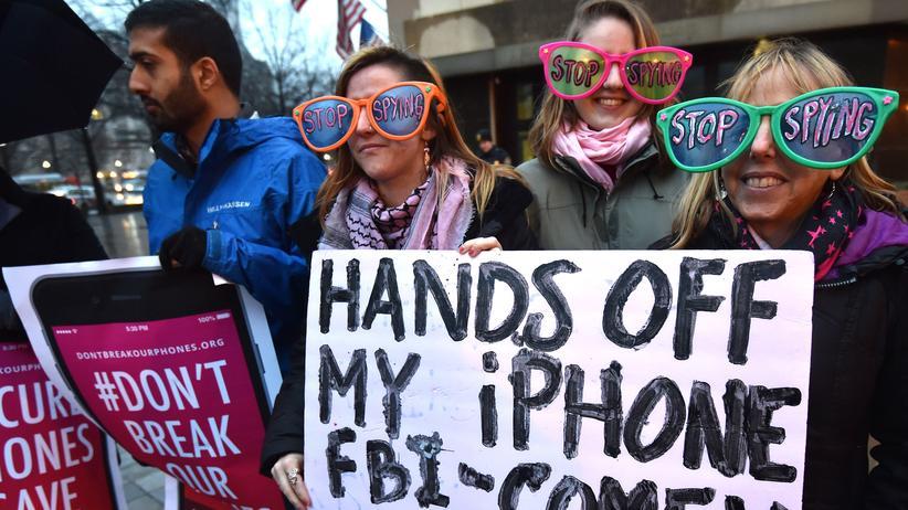 Demonstranten protestieren gegen den Versuch der Bundesbehörden, Apple zur Zusammenarbeit bei der Entschlüsselung des iPhones zu zwingen.