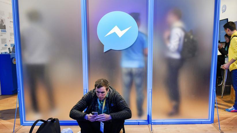 Chatbots: Ein Teilnehmer der Facebook-Entwicklerkonferenz F8 (Archivbild)