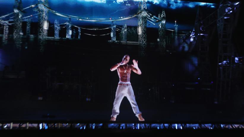 Künstliche Intelligenz:  Der 1996 verstorbene Rapper Tupac Shakur als Hologram auf dem Coachella Valley Music & Arts Festival 2012 © Christopher Polk/Getty Images for Coachella ()