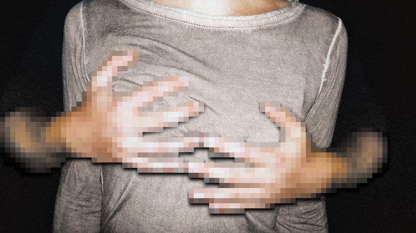 Die Situation auf dem Bild ist inszeniert, der Vorfall echt: Plötzlich sind da die Hände des fremden Mannes.