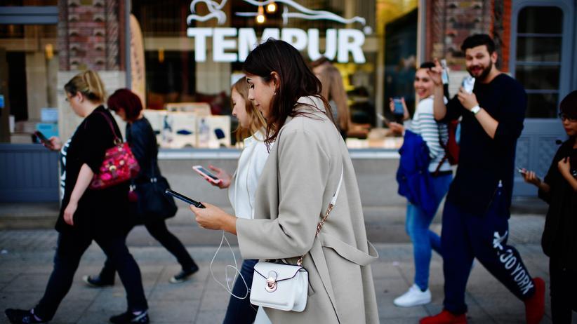 ARD/ZDF-Onlinestudie: Laut ARD/ZDF-Onlinestudie gehen die Deutschen am häufigsten per Smartphone ins Netz.