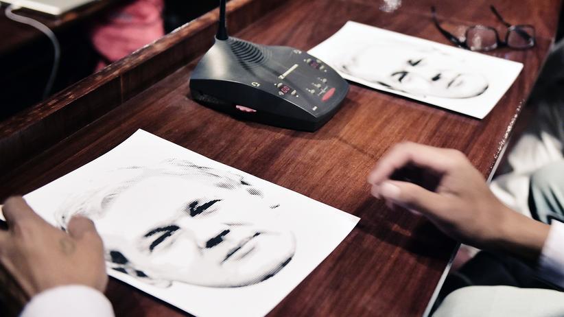 Wikileaks: Zuhörer bei einer Videoschalte mit Julian Assange (Archivbild)