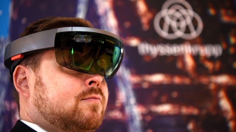 Sascha Frömming von ThyssenKrupp Elevator mit einer HoloLens