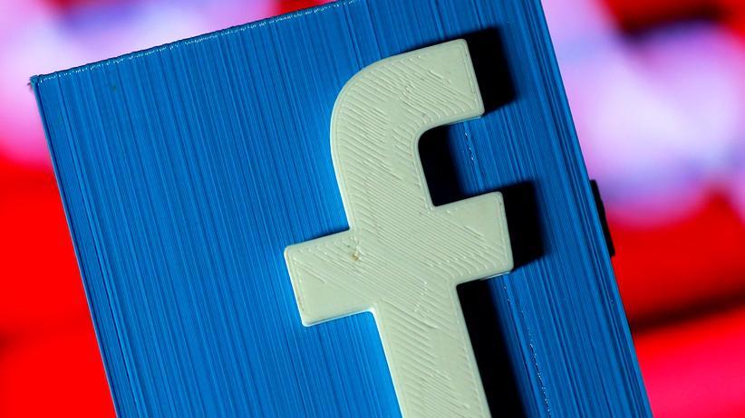 """Soziale Medien: Das kleine """"f"""" aus dem Facebook-Logo soll nicht für """"Fake-News"""" stehen."""