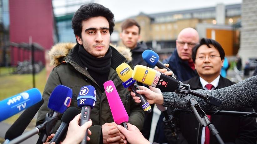 Facebook: Anas Modamani (Mitte) und sein Anwalt Chan-Jo Jun im Februar