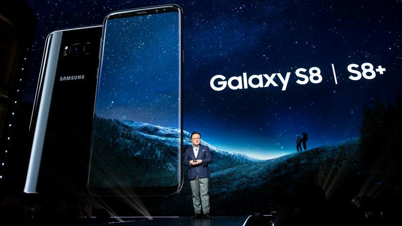 Samsung-Manager DJ Koh stellt in New York das Galaxy S8 und das S8 Plus vor.