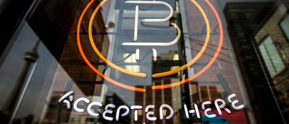 Läden, die Bitcoin vor Ort akzeptieren, sind weiterhin selten.