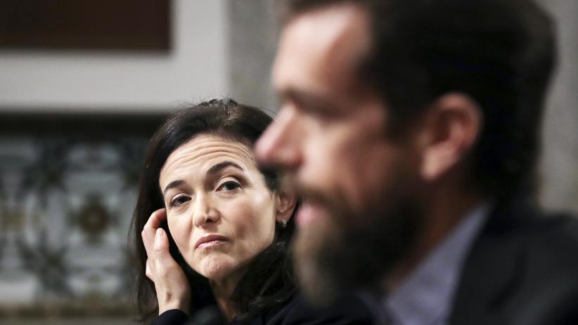 Twitter und Facebook: Facebooks COO Sheryl Sandberg und der Twitter-Chef Jack Dorsey während einer Anhörung  vor dem US-Senat