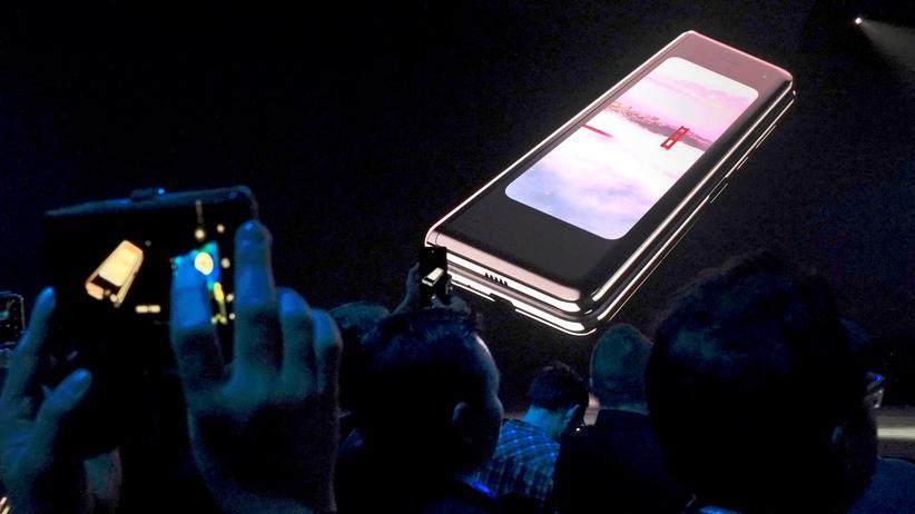 Galaxy Fold: Noch zugeklappt: Das Smartphone Galaxy Fold von Samsung während der Produktvorstellung