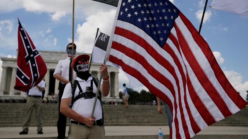 """Rechte Ideologien: Selbst ernannte """"weiße Nationalisten"""" und Aktivisten der Alt-Right-Bewegung demonstrieren vor dem Lincoln Memorial in Washington."""
