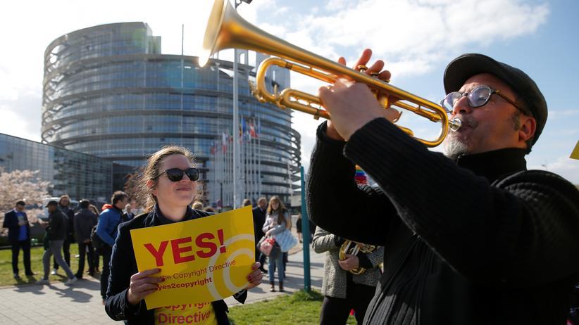 Urheberrechtsreform: Ende März beschloss das EU-Parlament in Straßburg die Richtlinie zur Urheberrechtsreform – außerhalb gaben Demonstranten ihrem Protest lautstark Ausdruck.