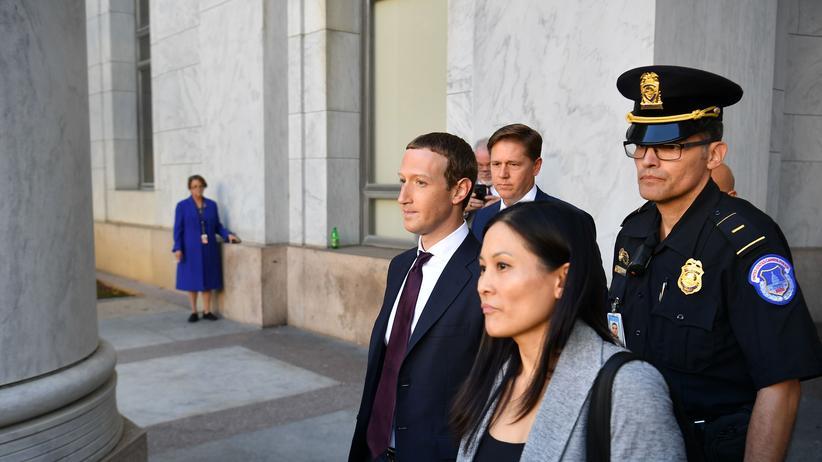 Libra: Facebook-Chef Mark Zuckerberg verlässt nach seiner Anhörung zur Digitalwährung Libra das Rayburn House Office Building in Washington.