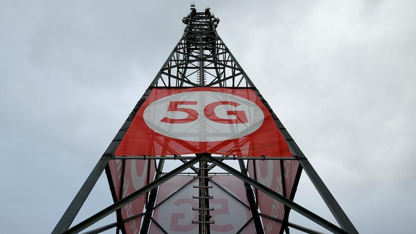 """5G-Mobilfunknetz: Ein Mobilfunkmast mit 5G-Technologie steht auf dem Gelände des """"5G Mobility Lab"""" von Vodafone in Aldenhoven. Die Bundesregierung will den Ausbau der Technologie mithilfe von Huawei vorantreiben. CDU-Abgeordnete lehnen sich dagegen auf."""