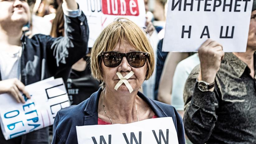 Russland: Eine Demonstrantin auf dem Marsch für das freie Internet in Moskau im Juli: Tausende Menschen demonstrierten in Russland gegen ein neues Internetgesetz.