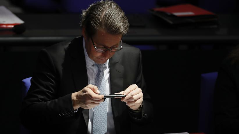 Netzpolitik: Fotos kann Bundesverkehrsminister Andreas Scheuer mit seinem Smartphone machen – aber kennt er sich auch mit der Digitalisierung gut aus? Nein, sagt die Mehrheit der von Allensbach Befragten.