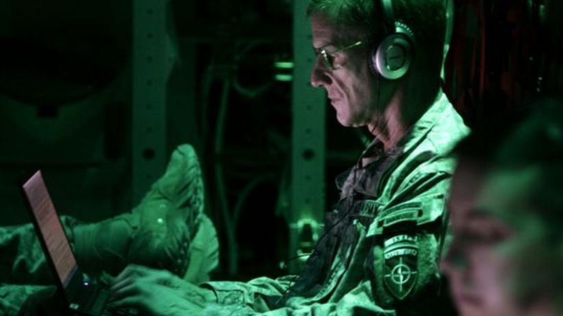 Kriege werden längst auch mit Computern ausgetragen: Der amerikanische General Stanley McChrystal, Befehlshaber der US-Truppen in Afghanistan, arbeitet an seinem Laptop