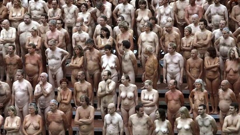 Leserdebatte: Lieber nackt als ausspioniert: Freiwillige lassen für den Künstler Spencer Tunick in Düsseldorf die Hüllen fallen