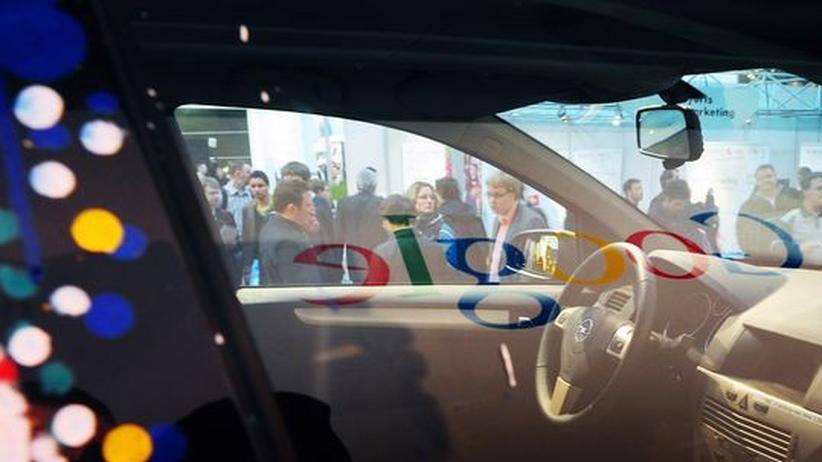 Datenschutz: Das Google Logo spiegelt sich in der Scheibe eines seiner speziell ausgerüsteten Street View Autos