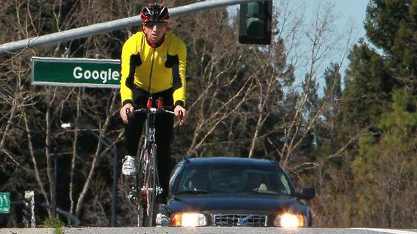 Google-Mitgründer Sergej Brin fährt mit dem Fahrrad in der Nähe des Firmensitzes in Mountain View, Kalifornien
