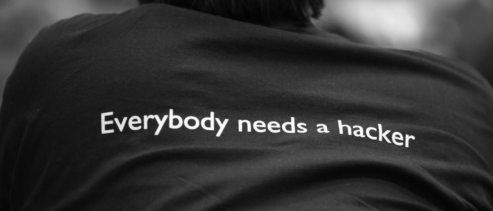 T-Shirt mit der Aufschrift: Jeder braucht einen Hacker