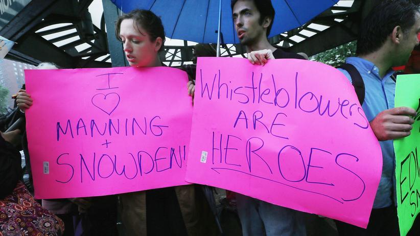 """""""Whistleblower sind Helden"""" - Demonstranten halten im Juni in New York Plakate hoch, auf denen sie Snowden und Manning unterstützen."""