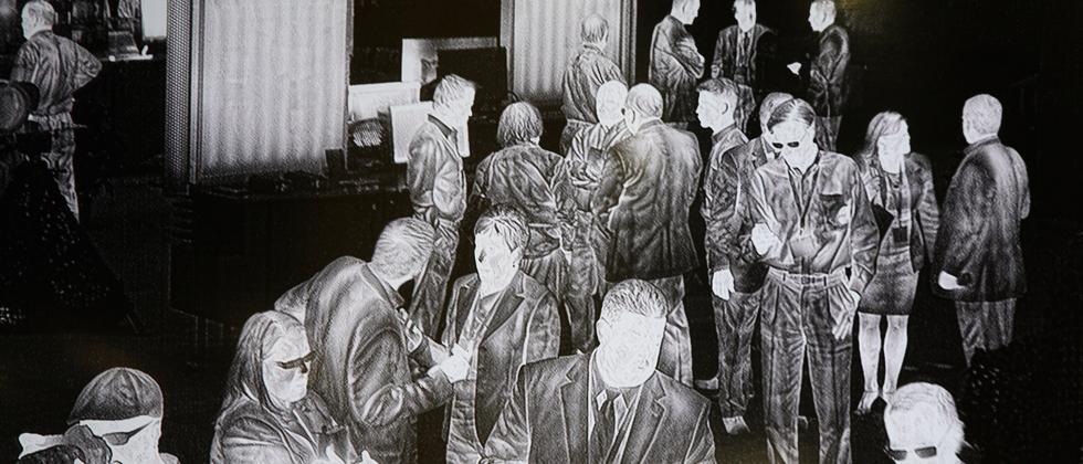 Das Bild einer Überwachungskamera zeigt wartende Menschen bei einer Messe für Sicherheitstechnik im US-Bundesstaat Arizona.