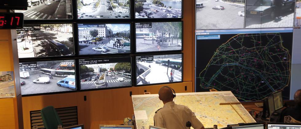 Ein Pariser Polizist überwacht den Verkehr mittels Bildern der mehr als 1000 Kameras in der Stadt.