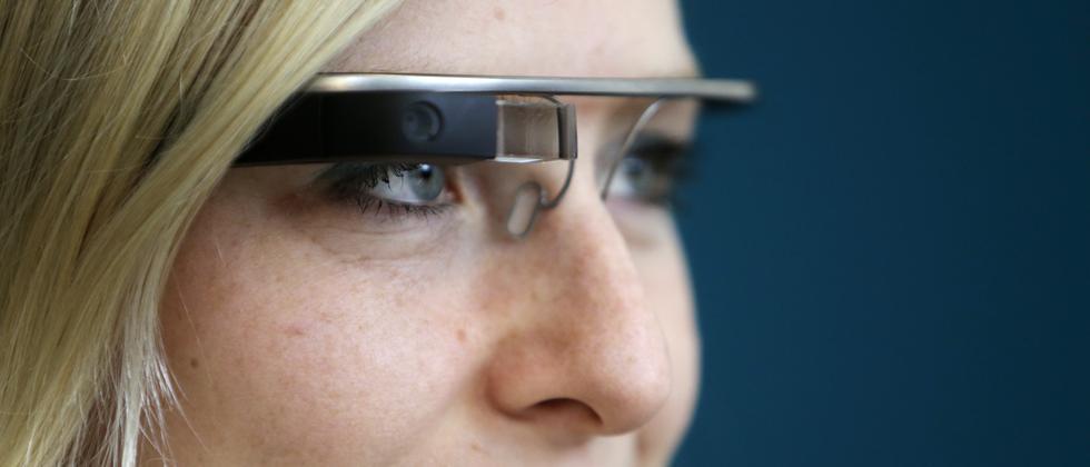 Eine Frau trägt die Datenbrille Google Glass während einer Präsentation in Prag.