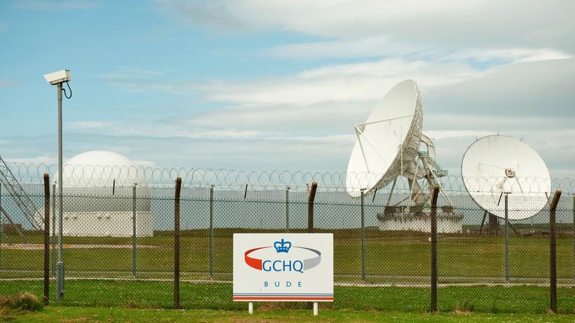 Überwachung: Satellitenschüsseln stehen auf einem Gelände des britischen Geheimdienstes GCHQ in Bude unweit von Cornwall, wo die transatlantischen Glasfaserkabel anlanden, die vom GCHQ mithilfe von Vodafone angezapft worden sein sollen.